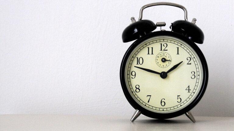 Sette inn konstant dato og klokkeslettet med tre taster